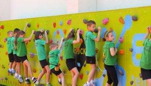 Mászófalon fejleszti a gyerekeket a Grosics iskola